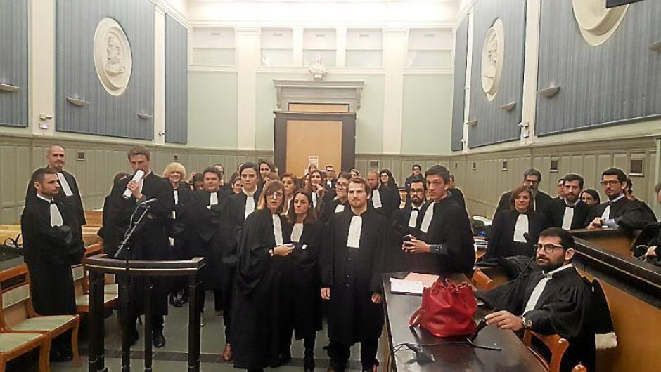 Coup de force au tribunal. 50 avocats déboulent à l'audience