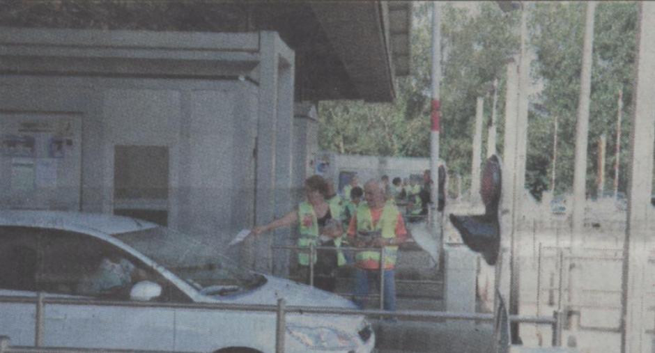 Les communistes distribuent aux péages des autoroutes