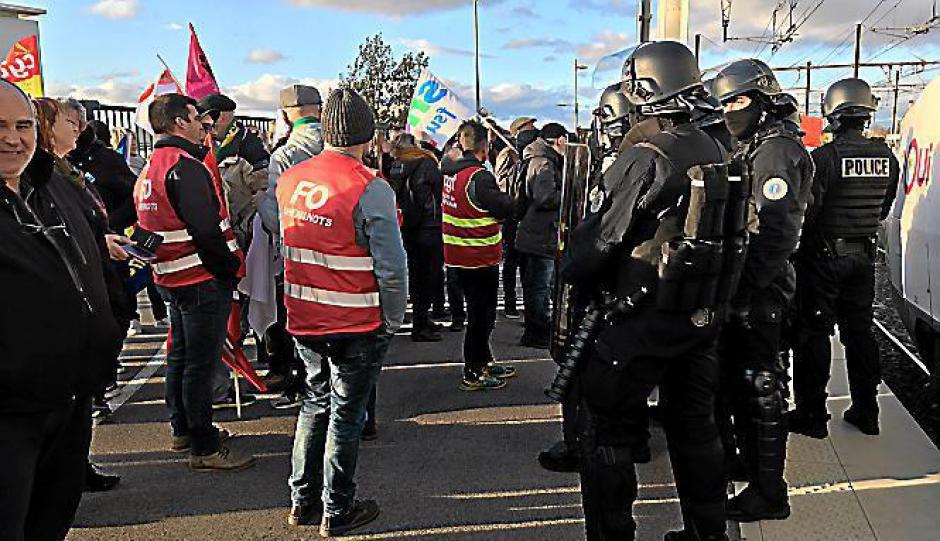 Une centaine de grévistes paralysent un TGV