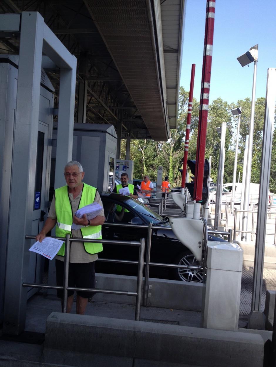 Distribution de tracts aux péages d'autoroute