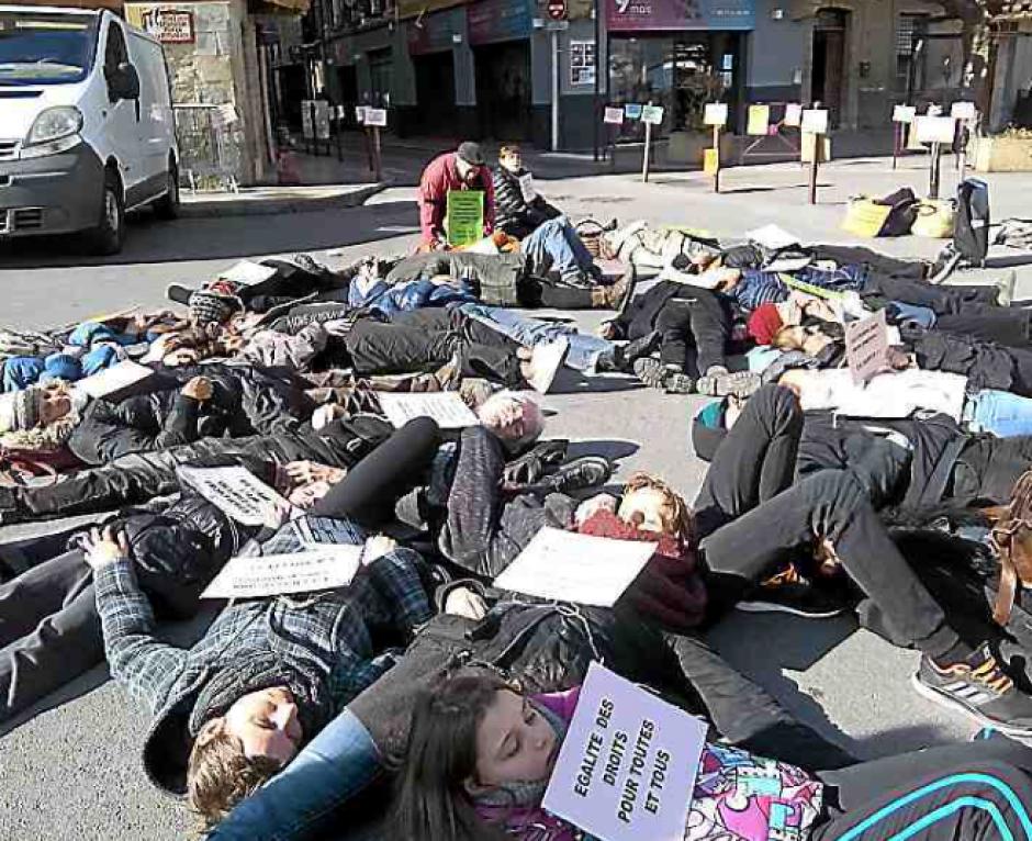 Prades. Action « dying » en solidarité avec les migrants
