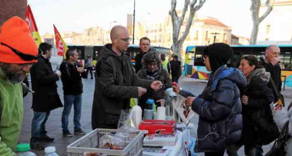 Perpignan. Les agents SNCF distribuent des petits-déjeuners au Castillet