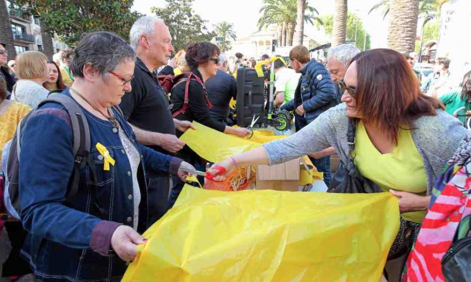 Catalogne. ...Et les rubans jaunes envahirent le centre-ville de Perpignan
