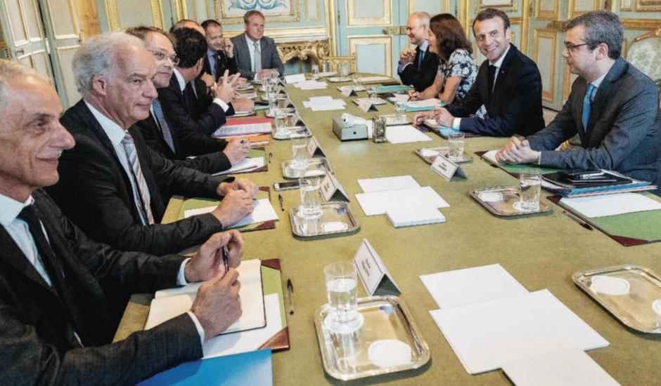 Qui pour croire que Macron tend la main aux syndicats ?
